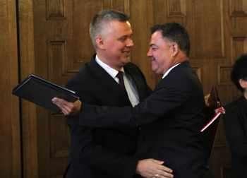 Полският вицепремиер и министър на отбраната Томаш Шемоняк и българският му колега Ненчев се прегръщат след подписване на споразумение за сътрудничество. Това обаче изобщо не е гаранция, че изтребителите ще бъдат ремонтирани в Полша.