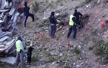 """Испански полицаи откриха склад с оръжия до гараж, който е бил използван от заподозрени екстремисти от """"Ислямска държава"""" (ИД) в испанския анклав Сеута в Северна Африка. Властите арестуваха двама заподозрени бойци от ИД, които планирали атаки."""