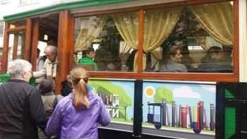 Ретро трамвай вози към четивото
