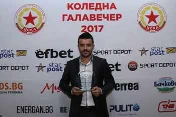 Емил Гъргоров позира с наградата за най-добър футболист на