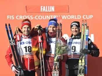 Руснакът Александър Болшунов (в средата) празнува победата си в...