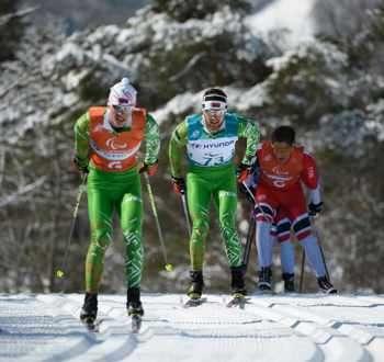 Юрий Халуб (в средата) и водачът му Дмитрий Будзилович от Беларус се движат...