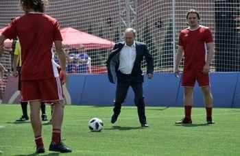 Президентът на Русия Владимир Путин (вляво) взе символично участие в приятелски мач с деца и бивши футболисти във фен зоната на Червения площад вчера. Той посети футболния парк заедно с президента на ФИФА Джани Инфантино.