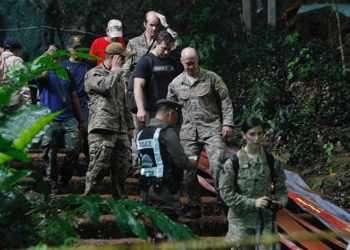Тайландски екипи, американски военни, британски пещерни водолази и доброволци участват в акция по спасяването на 12 млади футболисти и треньора им, които са заклещени от събота в четвъртата по дължина пещера в Тайланд. Операцията е затруднена заради проливните дъждове, тъй като придошлата вода блокира входа на пещерата. С групата няма връзка и не е ясно дали изобщо някой е жив.