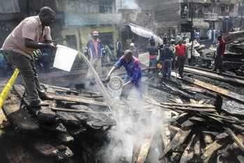 Най-малко 15 души загинаха при пожар, избухнал на голям пазар в столицата на Кения - Найроби. Около 70 души са пострадали. Пожарът избухнал рано сутринта и бързо обхванал намиращите се в близост жилищни сгради. Не са известни причините за трагедията.