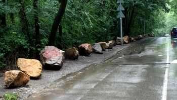Столичната община намери оригинален начин да се бори с безразборното паркиране около Борисовата градина - камъни от завод
