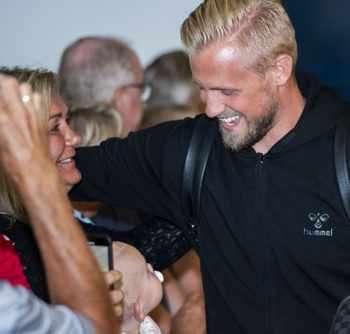 Вратарят Каспер Шмайхел прегръща майка си Бенте при завръщането на датския национален отбор в Копенхаген. Доброто настроение обаче беше помрачено от информацията, че датската полиция е уведомена за отправени смъртни заплахи срещу национала Николай Йоргенс