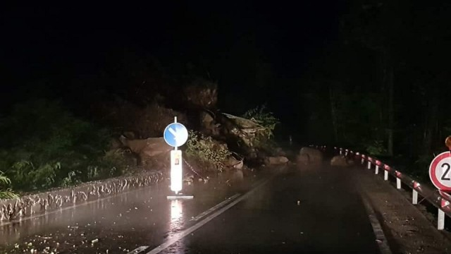 Снимка Би Ти ВиТонове скална маса и дървета затвориха пътя