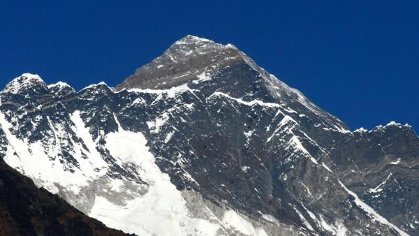 Снимка БГНЕСЗапочва почистването на Еверест от боклуци, предава BBC, цитирана
