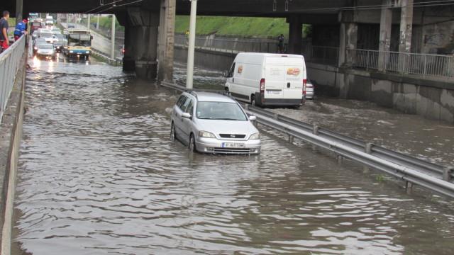 """Поройният дъжд вчера отнесе улица """"Стефан Стамболов"""" в Бистрица. Според"""
