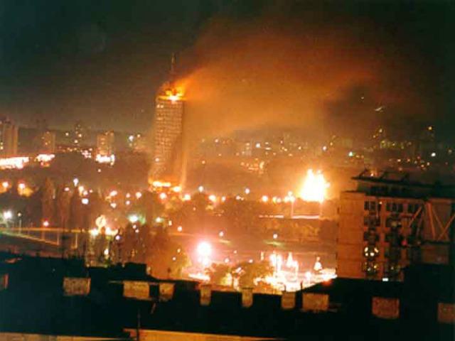 Снимка: Балкан инсайтМинистърът на отбраната на Сърбия Александър Вулин положи