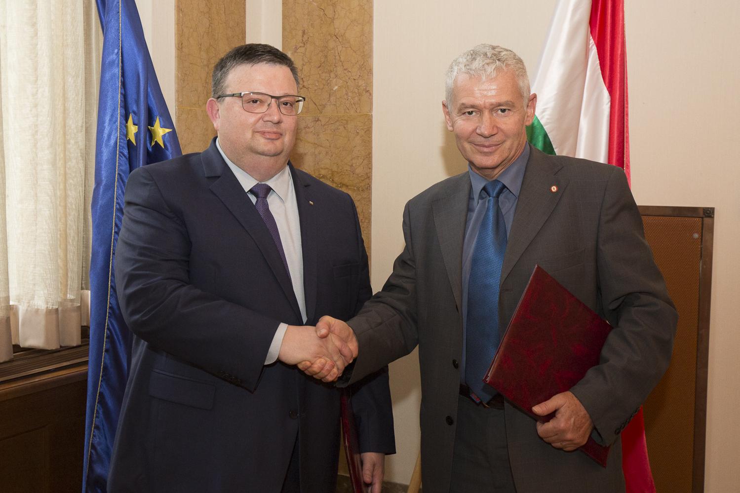 Снимка: ПРБГлавният прокурор Сотир Цацаров и унгарският му колега Петер